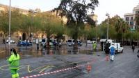 Operaris netejant ahir la plaça Universitat després del desallotjament