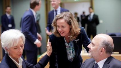 Calviño, al centre, conversa amb Christine Lagarde i Pierre Moscovici