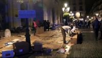 Algunes persones de les acampades a plaça de la Universitat disposades a passar la nit a plaça de Sant Jaume col·loquen alguns cartrons al terra per protegir-se del fred