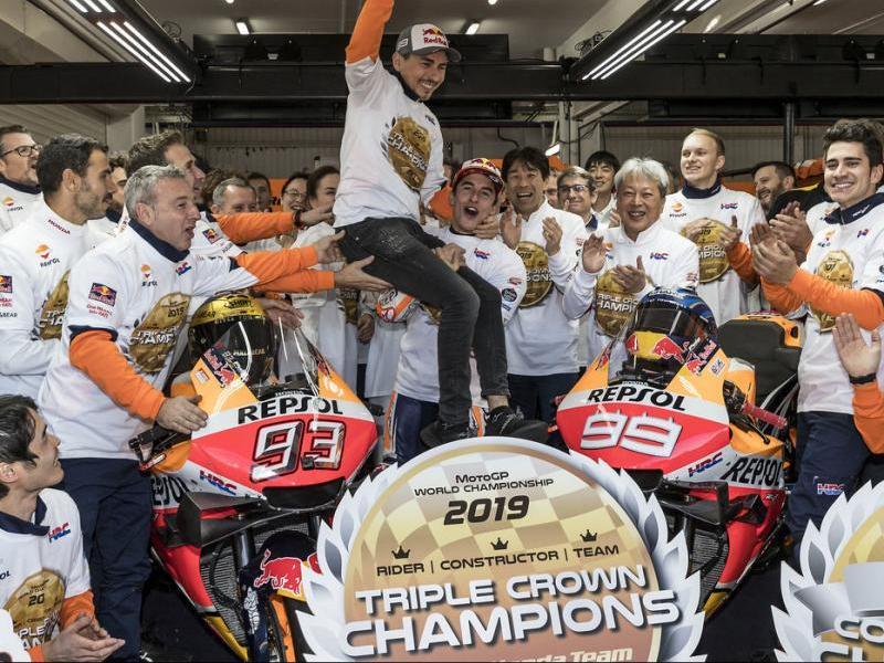 Marc Márquez aixeca Jorge Lorenzo en senyal de reconeixement cap a l'últim pilot que l'ha pogut batre en el campionat