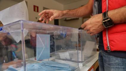 Imatge d'arxiu d'una persona votant en un col·legi electoral