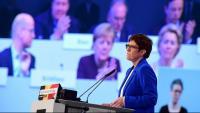 Annegret Kramp-Karrenbauer intervé en el congrés de la CDU davant una projecció que mostra la cancellera, Angela Merkel, i la presidenta electa de la CE, Ursula von der Leyen, ahir, a Leipzig