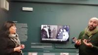 Francesc Miralpeix, un dels comissaris de l'exposició, comenta un dels espais acompanyat de la directora de l'MD'A, Carme Clusellas
