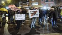 Els manifestants , tallant ahir al vespre per uns minuts la Meridiana