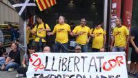 Encadenats a l'estació de metro d'Arc de Triomf de Barcelona per reclamar la llibertat dels CDR empresonats