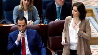 Díaz Ayuso (PP), presidenta de la comunitat de Madrid, i Aguado (CS), vicepresident, al ple de l'Assemblea d'ahir