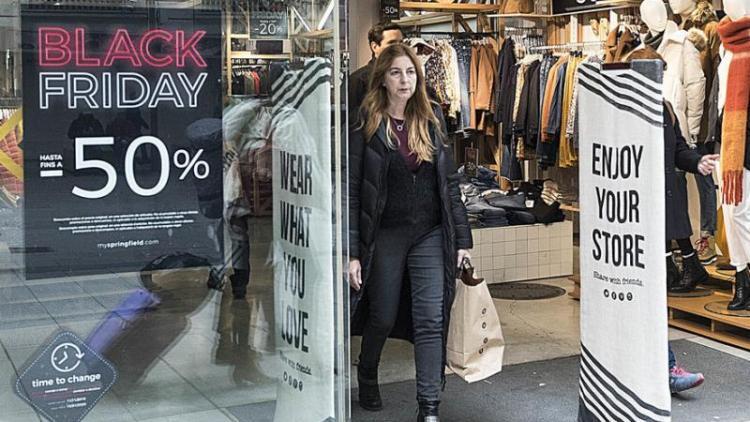 Una botiga de Barcelona oferint descomptes pel Black Friday d'enguany.