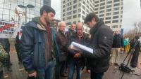 Xavi Pellicer, d'Alerta Solidària; el pare de Jordi Ros, i l'advocat de Ferran Jolis, Carles Perdiguero, mirant la querella que van presentar al jutjat