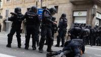 Un agent de la Policía Nacional fent una detenció a Barcelona el 18 d'octubre passat a Via Laietana