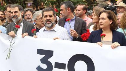 L'alcaldessa Ada Colau , amb els Jordis i altres representants de la societat civil, en la protesta del 3-O pels danys policials a persones i escoles