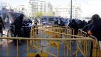 Mossos i manifestants separats per les tanques