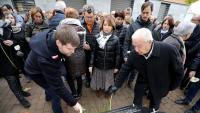 Assistents a l'acte d'ahir deixen flors davant el monòlit commemoratiu