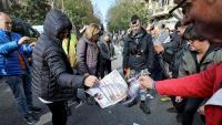 Alguns dels participants en la concentració d'ahir al migdia davant de la Delegació del Govern estatal a Barcelona, cremen fotocòpies de la Constitució Espanyola
