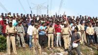 Un grup de persones ovaciona la policia a la zona on van matar els acusats de violar i assassinar la jove