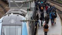 Passatgers sortint d'un vagó de tren a l'estació de Saint Lazare, ahir a París
