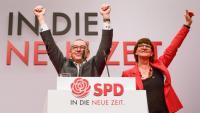 Norbert Walter-Borjans i Saskia Esken, els nous líders de l'SPD, saluden en ser elegits, ahir a Berlín