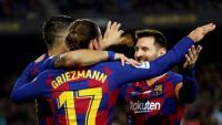Suárez i Griezmann esperen l'abraçada d'un somrient Messi, dissabte, en el partit contra el Mallorca