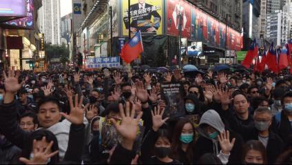 Milers de persones manifestant-se ahir pels carrers de Hong Kong