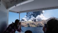 Una imatge feta per un turista mostra el volcà Whakaari en erupció