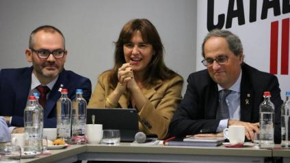 D'esquerra a dreta, el vicepresident del Parlament, Josep Costa, la diputada al Congrés, Laura Borràs, i el president Quim Torra, durant la reunió de JxCat a Brussel·les