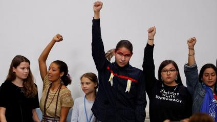 Greta Thunberg, la tercera per l'esquerra, durant la compareixença davant la premsa celebrada ahir a Madrid