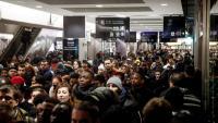 Desenes de persones esperen l'arribada d'un tren a la Gare du Nord, a París, atapeïda per culpa de la vaga