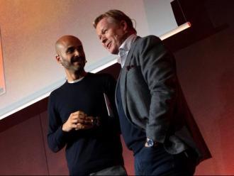 Koeman amb el periodista Aitor Lagunas, durant l'acte de l'homenatge a Cruyff