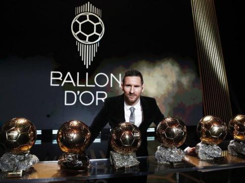 Messi posa amb les sis pilotes d'or que ha aconseguit com a blaugrana en la gala del desembre del 2019 a París