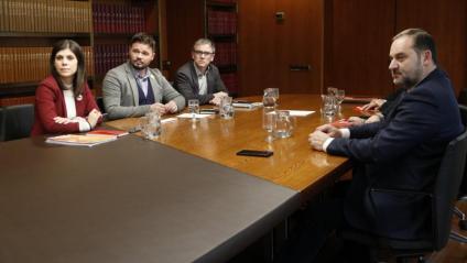 L'equip negociador d'ERC i el secretari d'organització del PSOE, José Luis Ábalos, durant la reunió sobre la investidura