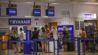 Cues davant del taulell de facturació de Ryanair a l'aeroport de Girona-Costa Brava