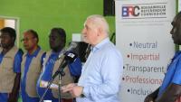 L'exdirigent irlandès Bertie Ahern, president de la Comissió Electoral de Bougainville, ahir, llegint els resultats