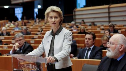 La presidenta de la CE, Ursula von der Leyen, presentant el Pacte Verd Europeu, sota la mirada del vicepresident, Frans Timmermans, ahir, al Parlament Europeu