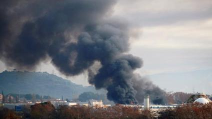 L'espectacular columna de fum que va provocar l'incendi en l'empresa de Montornès aquest dimecres