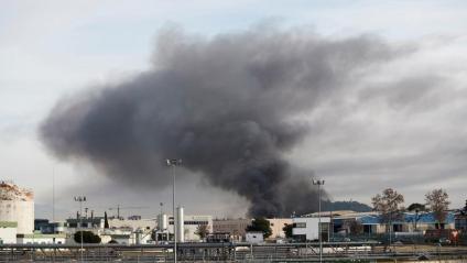 La columna de fum de l'incendi a la nau de Montornès