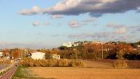 La pedrera de Cales de Pachs, al fons, al final del poble, al límit amb les Cabanyes i Vilafranca