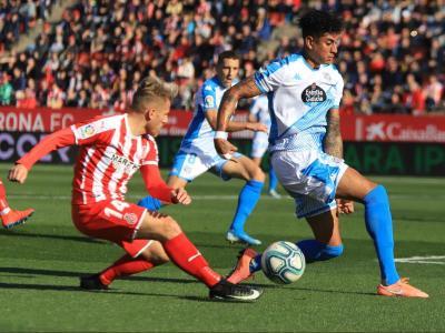 Samu Saiz, en acció davant Marcelo Djalo durant l'últim partit de lliga entre el Girona i el Lugo a Montilivi