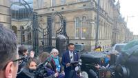 Clara Ponsatí i el seu advocat Aamer Anwar, ahir, a la sortida del Tribunal del Xèrif d'Edimburg