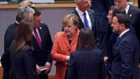 Merkel, envoltada d'altres caps de govern comunitaris, durant el Consell Europeu celebrat ahir a Brussel·les