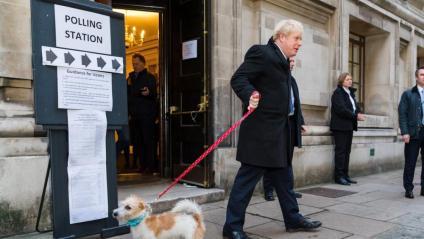 Boris Johnson, primer ministre britànic en funcions, amb el seu gos Dylan, després de votar ahir a Londres