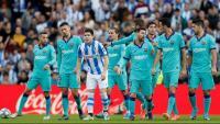 Els jugadors del Barça parlant durant el partit a Sant Sebastià
