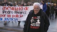 Juan José Álvarez, el pare de Pedro, ahir obrint la manifestació a Barcelona