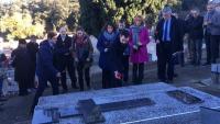 L'ofrena floral del president del Parlament de Catalunya i els participants en la jornada d'homenatge, ahir a la tomba d'Antoni Rovira i Virgili, al Pertús