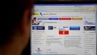 Un usuari consulta el web de l'Agència Tributària