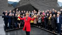 Nicola Sturgeon, primera ministra d'Escòcia, dissabte, amb els diputats de l'SNP electes, a l'exterior del V&A Museum, a Dundee