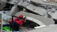 Membres dels equips de rescat inspeccionen un mercat en ruïnes pel terratrèmol a Padada, al sud de les Filipines