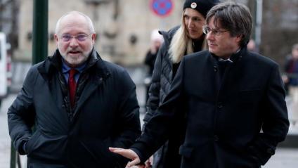 Lluís Puig i Carles Puigdemont a l'arribada als jutjats belgues