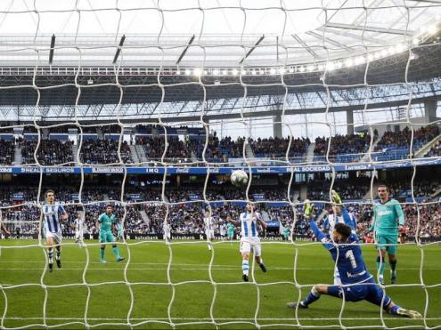 Griezmann observa com la seva rematada de cullera supera el porter de la Real Sociedad