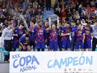 Víctor Tomàs , acompanyat de tota la plantilla, aixeca el quinzè trofeu del Barça en la copa Asobal al pavelló Huerta del Rey de Valladolid