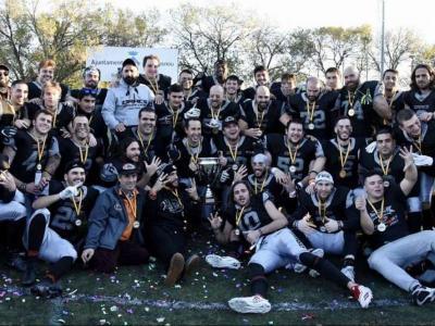 Els jugadors dels Dracs, celebrant el títol sobre la gespa del camp al final del partit