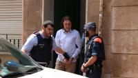 Jaume Badiella, sortint de la casa on tenia enterrada Monica Borràs,